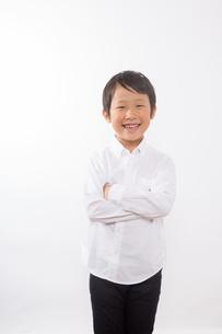 腕を組む笑顔の少年の写真素材 [FYI01163868]