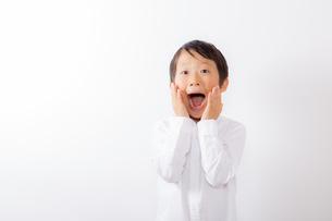 驚く笑顔の少年の写真素材 [FYI01163872]