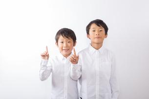 人差し指を立てる少年達の写真素材 [FYI01163875]