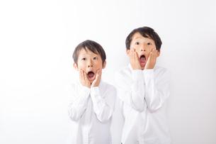 驚く少年達の写真素材 [FYI01163876]