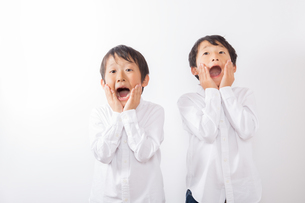 驚く少年達の写真素材 [FYI01163877]