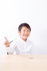 指を立てる笑顔の少年の写真素材 [FYI01163878]