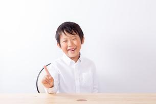 指を立てる笑顔の少年の写真素材 [FYI01163879]