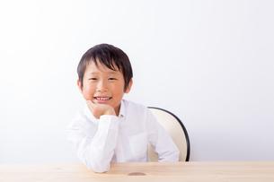 ほおづえをつく少年の写真素材 [FYI01163881]
