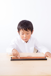 そろばんをする笑顔の少年の写真素材 [FYI01163882]