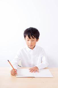 勉強をする少年の写真素材 [FYI01163885]