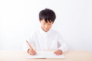 勉強をする少年の写真素材 [FYI01163887]