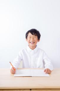 勉強をする笑顔の少年の写真素材 [FYI01163889]