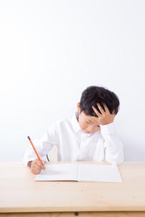 勉強で悩む少年の写真素材 [FYI01163891]