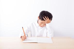 勉強で悩む少年の写真素材 [FYI01163892]