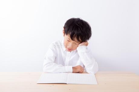 勉強で悩む少年の写真素材 [FYI01163895]