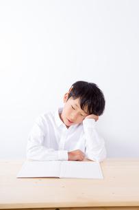 勉強で悩む少年の写真素材 [FYI01163896]