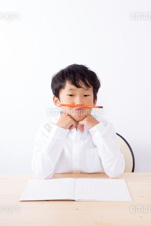 勉強で悩む少年の写真素材 [FYI01163897]