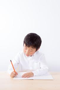 勉強をする少年の写真素材 [FYI01163903]