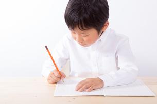 勉強をする少年の写真素材 [FYI01163904]