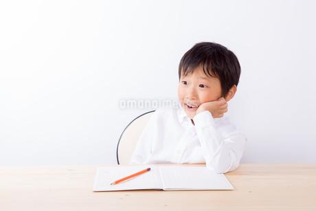 宿題中ひらめいた少年の写真素材 [FYI01163905]