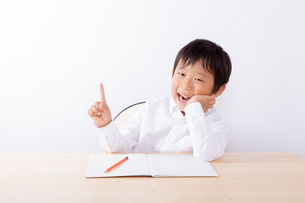 宿題中ひらめいた少年の写真素材 [FYI01163906]