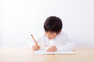 勉強をする少年の写真素材 [FYI01163907]