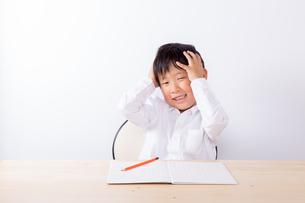 勉強で悩む少年の写真素材 [FYI01163909]