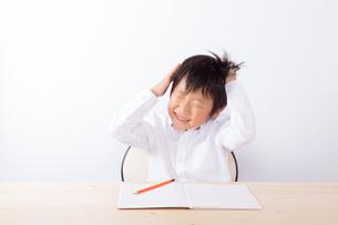 勉強で悩む少年の写真素材 [FYI01163911]