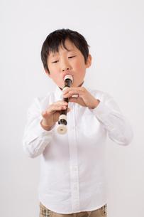 笛を吹く少年の写真素材 [FYI01164012]