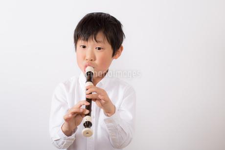 笛を吹く少年の写真素材 [FYI01164013]