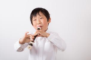 笛を吹く少年の写真素材 [FYI01164014]