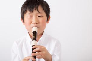 笛を吹く少年の写真素材 [FYI01164016]