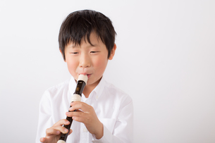 笛を吹く少年の写真素材 [FYI01164017]