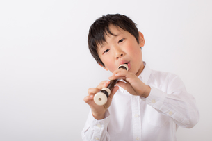 笛を吹く少年の写真素材 [FYI01164018]