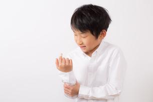 指を怪我した痛がる少年の写真素材 [FYI01164019]