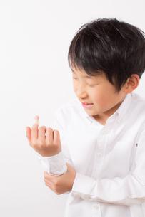 指を怪我した痛がる少年の写真素材 [FYI01164020]