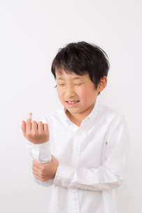 指を怪我した痛がる少年の写真素材 [FYI01164021]