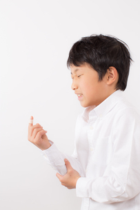 指を怪我した痛がる少年の写真素材 [FYI01164022]