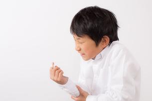 指を怪我した痛がる少年の写真素材 [FYI01164023]