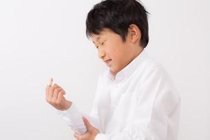 指を怪我した少年の写真素材 [FYI01164024]