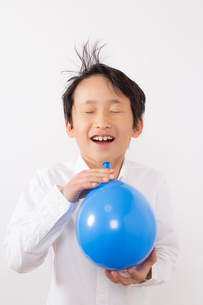 風船で遊ぶ少年の写真素材 [FYI01164031]