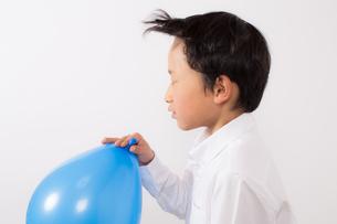 風船で遊ぶ少年の写真素材 [FYI01164032]