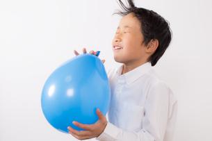 風船で遊ぶ少年の写真素材 [FYI01164034]