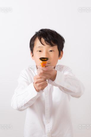 クラッカーを鳴らそうとする少年の写真素材 [FYI01164035]