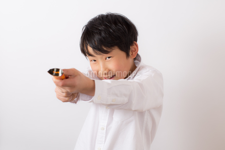 クラッカーを鳴らそうとする少年の写真素材 [FYI01164036]