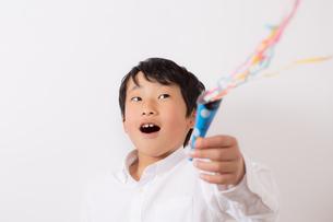 クラッカーを鳴らす少年の写真素材 [FYI01164037]