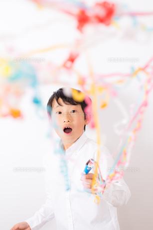 クラッカーを鳴らす少年の写真素材 [FYI01164038]