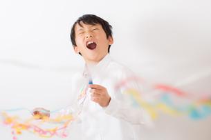 クラッカーを鳴らす少年の写真素材 [FYI01164040]