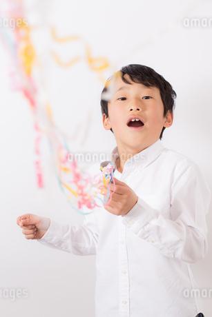 クラッカーを鳴らす少年の写真素材 [FYI01164041]