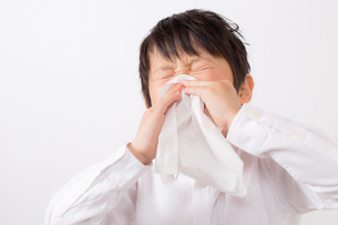 鼻をかむ少年の写真素材 [FYI01164045]