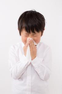 鼻をかむ少年の写真素材 [FYI01164048]