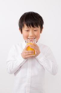 オレンジジュースを飲む少年の写真素材 [FYI01164049]