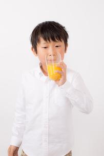 オレンジジュースを飲む少年の写真素材 [FYI01164053]