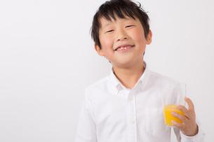オレンジジュースを持つ少年の写真素材 [FYI01164056]